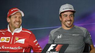 Vettel sonríe junto a Alonso en una rueda de prensa