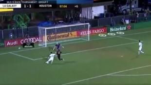 Captura de TV del fallo de Pavón con los Galaxy ante Houston