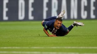 Mbappé, en el momento en el que cae al suelo tras la entrada que le...
