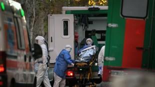 Camilleros del SAME trasladan a un paciente.