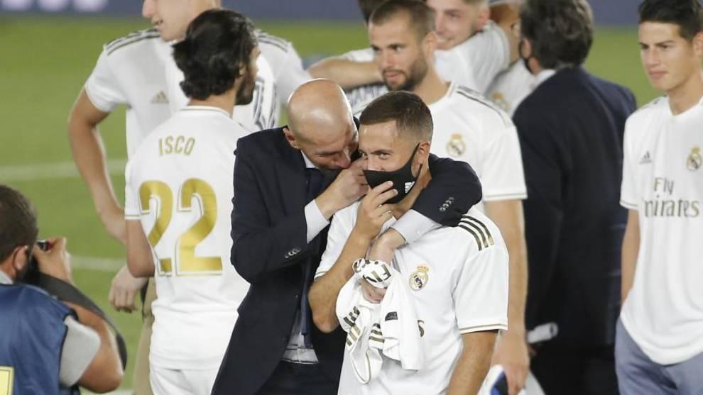 Zidane conversa con Hazard, con barbijo por el COVID-19