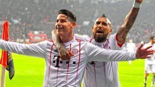 James y Arturo Vidal celebran un gol con el Bayern.