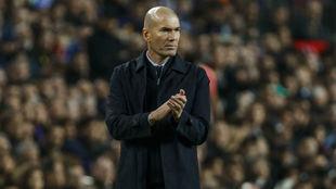 Zidane aplaude en la banda durante un partido