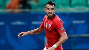 Mauricio Isla, en un partido con la selección de Chile