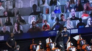 Aficionados virtuales siguen un partido de la NBA.