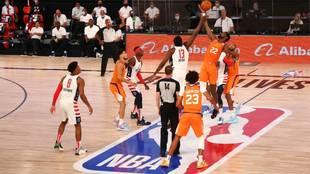 Una acción del juego entre Phoenix Suns y Washington Wizards.