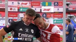 Aubameyang abraza a Martínez mientras habla con la prensa.
