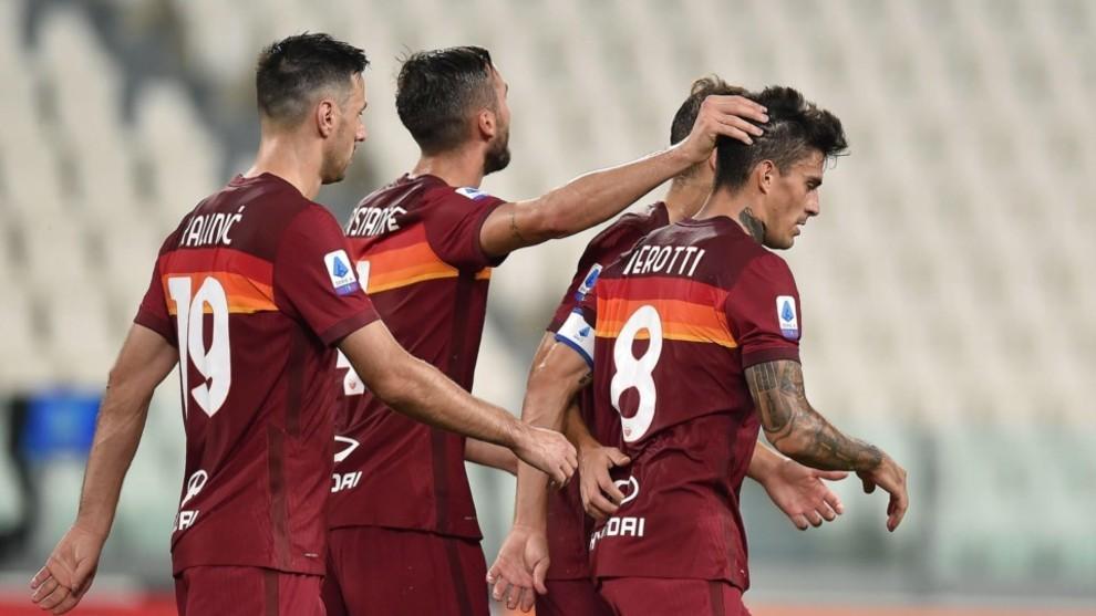 Diego Perotti es saludado por sus compañeros tras marcar de penal.