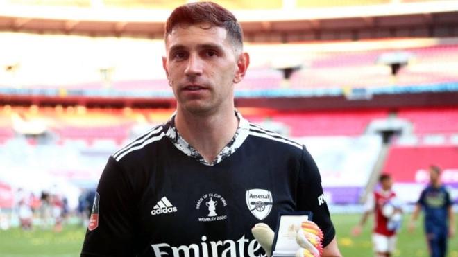 Dibu Martínez en los festejos del Arsenal campeón de la FA Cup
