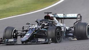 Hamilton, rodando en Silverstone con una rueda pinchada
