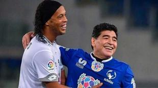 Ronaldinho junto a Maradona durante un partido a beneficio.