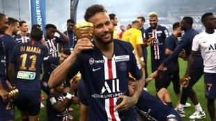 Neymar, con el título de la Copa de la Liga de Francia.