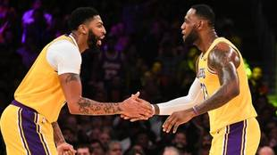 Anthony Davis y LeBron James, de Los Angeles Lakers.