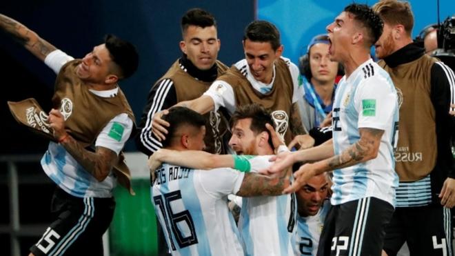 Marcos Rojo festeja el gol ante Nigeria