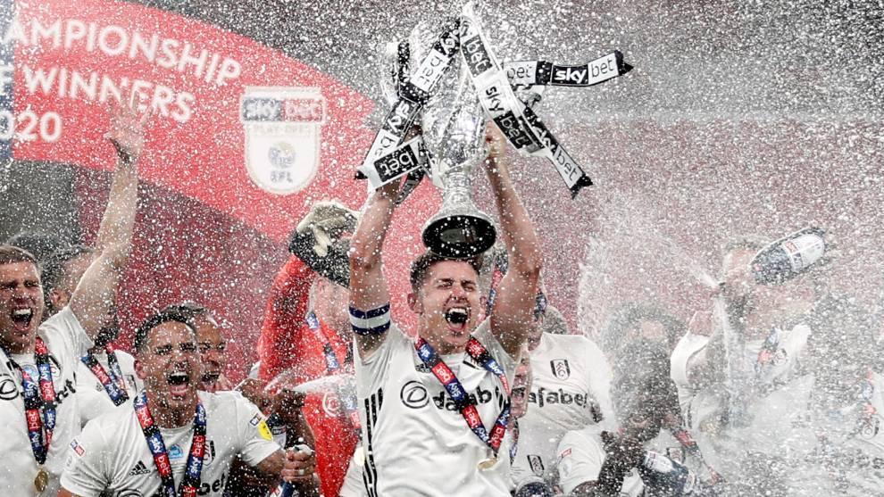 Los jugadores del Fulham celebran el ascenso a la Premier tras ganar...