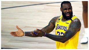 LeBron gesticula durante un partido de los Lakers.