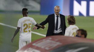 Zidane y Vinicius se saludan al finalizar un partido del Real Madrid.
