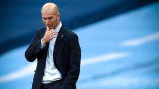 Zidane se toca la boca durante el partido ante el City.