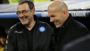Sarri y Zidane sonríen durante el Real Madrid-Nápoli de la Champions...