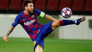 Messi vuela acrobáticamente para controlar una pelota en el aire.