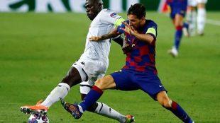 Messi y Koulibaly disputan una pelota durante el Barça-Napoli.