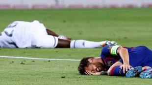 Leo Messi en el piso tras la patada de Koulibaly