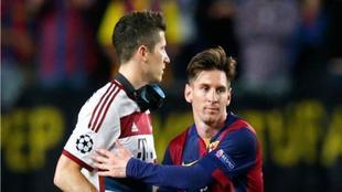 Messi y Lewandowski se saludan en uno de las dos veces que se...