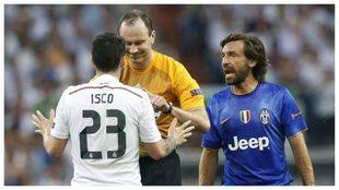 Pirlo discute con Isco en presencia del árbitro en una Juve-Real...