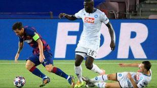 Messi se escapa de Koulibaly, del Napoli.