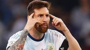 Messi se lleva los dedos a la sien en un partido con Argentina.