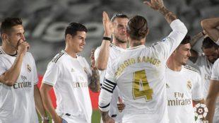 Bale saluda a Sergio Ramos ante la mirada de James.