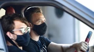 Arthur maneja su auto antes de ingresar en el Camp Nou.