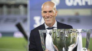 Zidane posa con Copa de campeón de la Liga española.