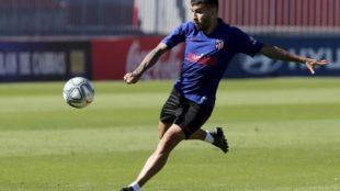 Correa pega un derechazo en un entrenamiento del Atlético.