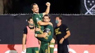 Sebastián Blanco es alzado por Diego Valeri, en la celebración de un...