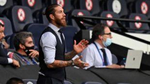 Sergio Ramos aplaude desde las tribunas del Etihad.