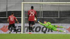 Bruno Fernandes remata el penal y marca el gol de la victoria en...
