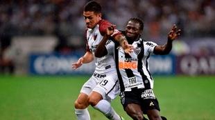 Alex Vigo en un encuentro entre Colón y Atlético Mineiro