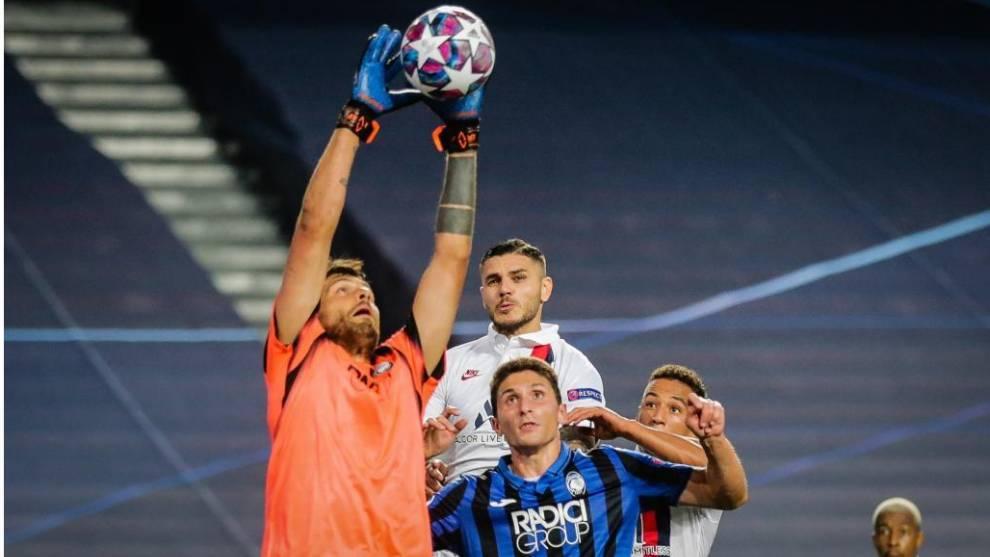 Icardi no llega a un remate en el duelo entre el PSG y el Atalanta de...