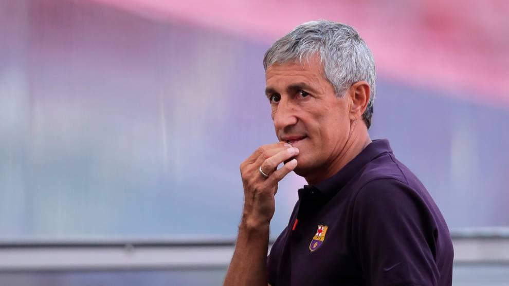 Quique Setién, en un entrenamiento del FC Barcelona antes de los...