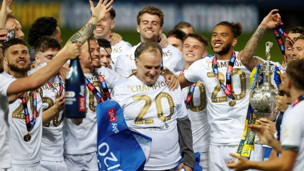 Marcelo Bielsa y el Leeds United celebran el ascenso y el título del...