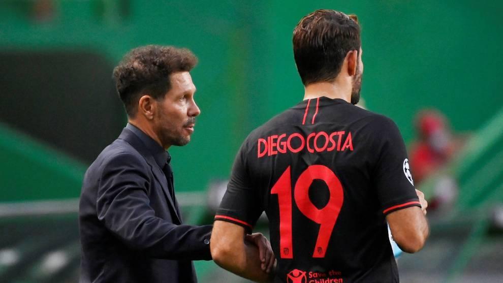 El Cholo Simeone, con Diego Costa, en el partido del Atlético de Madrid contra el RB Leipzig en Champions League.