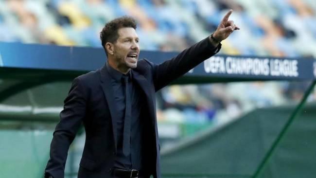 El Cholo Simeone, dando instrucciones en el partido del Atlético de...