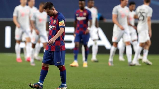 Messi se va de la cancha con la cabeza gacha tras el 8-2 del Bayern a...