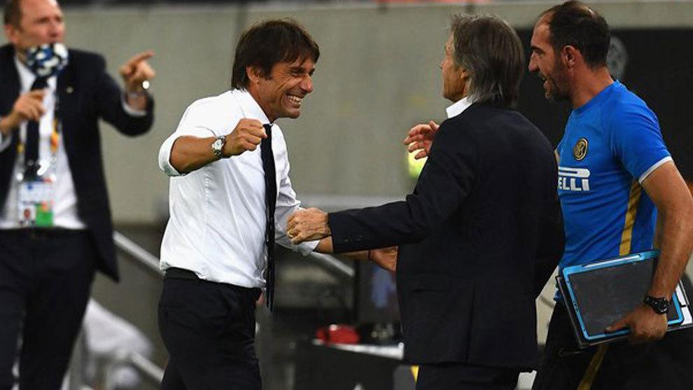 Antonio Conte se felicita con sus ayudantes tras lograr el pase a la...