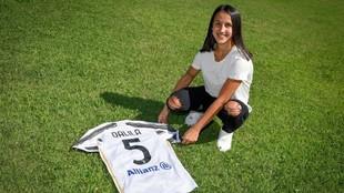 Dalila Ippolito posa con la camiseta de la Juventus.