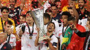 Navas levanta la sexta Copa de la Europa League para el Sevilla.
