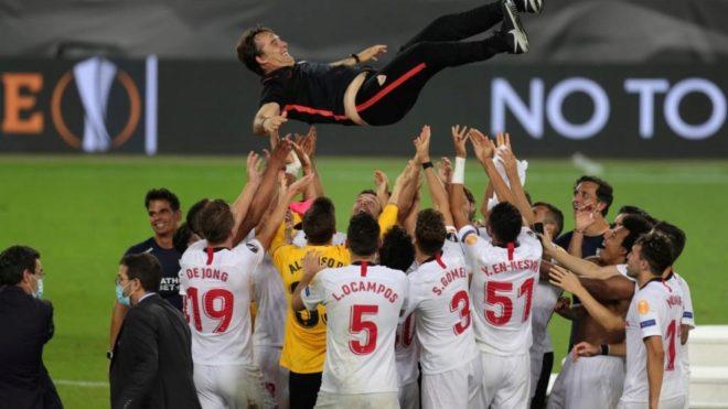 Los jugadores del Sevilla festejan el título lanzando a Lopetegui por...
