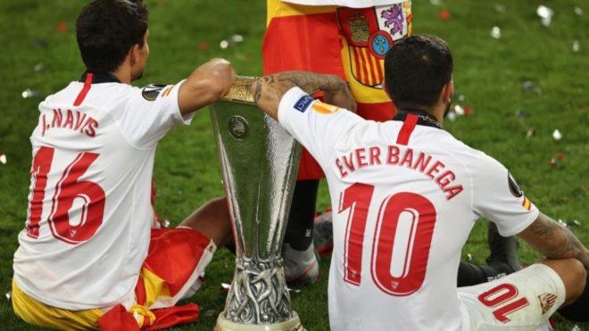 Banega y Navas festejan el título con la Copa de la Europa League.