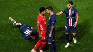 Neymar dolorido en el césped, Paredes increpa a Gnabry, autor de la...